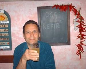 Luciano con bicchiere di Kefir