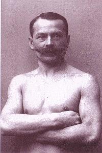 Arnold Ehret a dorso nudo