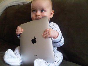 Bambino che succhia un iPad