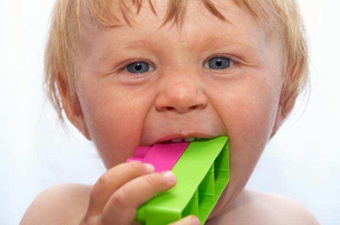Bambino succhia lego